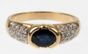 Brillant-Saphir-Ring, 585er GG/WG, besetzt mit ovalem, facettiertem Saphir inZargenfassung,