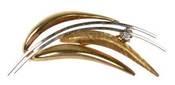Brosche, 585er GG/WG, in Form eines Blätterzweigs, besetzt mit Brillantsolitär, ges. 4,7g, L. 5,2