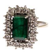 Ring, 585er GG/WG, besetzt mit rechteckigem, facettiertem Smaragd in Dunkelgrün von 1,62ct.,