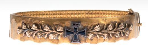Armreif, vergoldet, besetzt mit stilisiertem Eichenlaub und Eisernem Kreuz, 1914, Schließegraviert