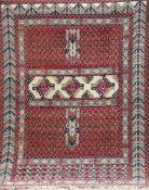Beutsch, Hatschlou, Persien, rotgrundig mit zentralem Muster, div. Florfehlstellen, 1Kante leicht