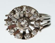 Ring, 585er WG, runder Ringkopf besetzt mit 1 zentralem Brillant von ca. 0,60 ct.,umrandet von 10