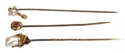 3 div. Reversnadeln, 19. Jh., besetzt mit Barock-Perle in filigraner Fassung, 585er GG,Halbperle