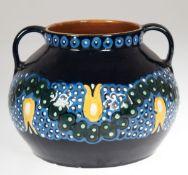 Henkelvase, Karlsruher Keramik, gemarkt, Entwurf Alfred Kusche 1910, Modell-Nr. 2252,dunkelblau,