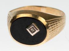 Herren-Siegelring, 333er GG, besetzt mit ovalem Onyx und kleinem Diamant in der Platte, RG62