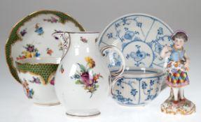 Konv. Porzellan, dabei Kännchen, Nymphenburg, polychrome Blumenmalerei mit dunkelrotenRändern, H. 11