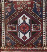Kars, Türkei, dunkelgrundig mit zentralem Medaillon, mittig leicht belaufen, 210x139 cm