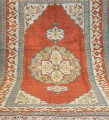Türke, rotgrundig mit zentralem Medaillon u. floralen Motiven, 305x200 cm,