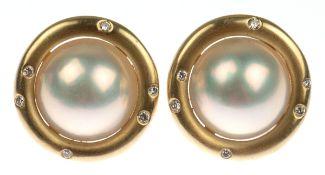 Paar Ohrstecker, 585er GG, besetzt mit Mabéperle und je 6 kleinen Brillanten, Dm. 1,9 cm