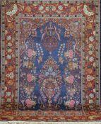 Sarok, Persien, rot/blaugrundig, zentral mit Tier- u. Floralmotiven, 1 kl. Florfehlstelle