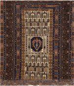 Belutsch, Persien, dunkelgrundig mit zentralem Muster, 2 kl. Florfehlstellen, 1 Kanteleicht