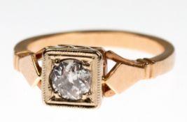 Ring, 585er GG/WG (geprüft), quadratischer Ringkopf ausgefaßt mit 1 Brillant im Altschliffvon ca.