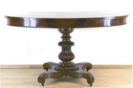 Biedermeier-Tisch, Mahagoni furniert, über 4-passig eingebogter Fußplatte auf Rollengedrechselte,