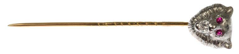 Krawattennaldel, Gold, Nadel mit halbplastischem Löwenkopf, besetzt mit 2 Rubinen für dieAugen und