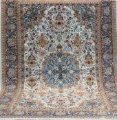 Nain, mit Seide, mehrfarbig, mit zentralem Medaillon u. floralen Motiven, 3 Kanten leichtbelaufen,