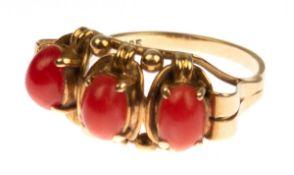 Ring, 585er GG, durchbrochen gearbeiteter Ringkopf in Reihe besetzt mit 3 ovalenKorallen-