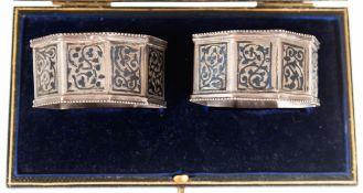 Paar Serviettenringe, Rußland, 84 Zol. Silber, punziert, ca. 37 g, 8-kantige, abgeflachteForm mit