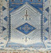 Kars, Türkei, blaugrundig mit zentralem Medaillon, mittig leicht belaufen, 1Fehlflorstelle,