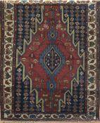 Maslakan, rot-/blaugrundig, mit zentralem Medaillon u,. floralen Motiven, Kanten belaufen,2 Kanten