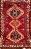 Meshgin, Nordwest-Persien, rotgrundig, mit zentralem Medaillon und floralen Motiven,einseitig