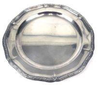 Tablett, runde Form mit geschweiftem Reliefrand mit Kreuzbanddekor, Dm. 37 cm