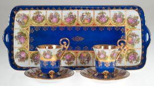 Paar Tassen mit UT auf Tablett, gemarkt ELW-Ernst Leitner Wiesau, blau glasiert, mitreicher