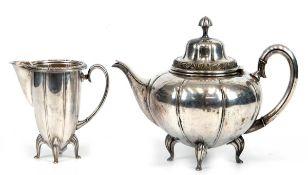 Teekanne und Sahnekännchen, versilbert, Sahnekännchen innen versilbert, floralerRelieffries,