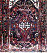 Hamadan, Persien, rotgrundig mit zentralem Medaillon u. floralen Motiven, 1 Kante leichtbelaufen,