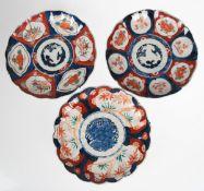 3 Imari-Teller, Japan 19. Jh. Meijizeit, polychrome Floralmalerei, unter der gefächertenFahne