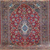 Keschan, Persien, rotgrundig mit zentralem Medaillon u. floralen Motiven, Fransen gekürzt,1 Ecke