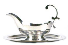 Sauciere auf Tablett, versilbert, ovale Form mit 1 Handhabe, L. 18 cm, Tablett 21x15,5 cm
