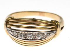 Ring, 585er GG/WG, sich verbreiternde Ringschiene in durchbrochenen Ringkopf übergehend,in Reihe