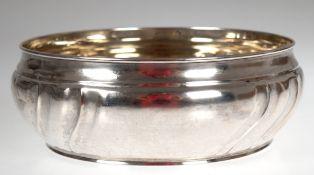 Schale, deutsch, 800er Silber, punziert, ca. 409 g, geschweift gerippte Wandung, H. 7,5cm, Dm. 21
