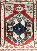 Türkei, rotgrundig mit zentralem Medaillon, 1 Ecke leicht beschädigt, Fransen gekürzt,196x116 cm