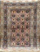 Belutsch, Persien dunkelgrundig mit zentralem durchlaufenden Muster u. floralen Motiven,(als