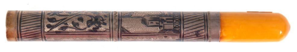 Zigarettenspitze, Silber mit Mernsteinmundstück, architektonischer und floralerNiellodekor, L. 11,