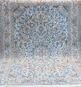 Persischer Nain, mit Seidenanteil, hellgrundig auf hellem Fond, mit zentralem Medaillon u.floralen