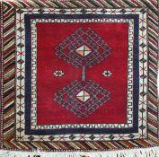 Türkei, rotgrundig mit zentralem Muster, Kanten belaufen, Florfehlstellen, 100x100 cm