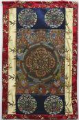 Thangka, figurenreiche, feine Ölmalerei auf Leinwand, 46x34 cm, im floral besticktemSeidenrahmen,
