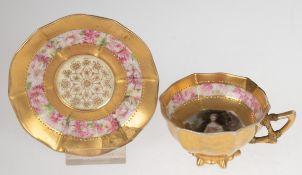 Mokkatasse mit Untertasse, 19. Jh., feine Miniaturmalerei und reich vergoldet, Rand und