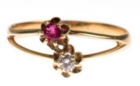 Ring, 585er GG, auf Schauseite geteilte Ringschiene besetzt mit 1 Brillant von 0,10 ct.und 1 Rubin