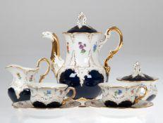 Meissen-Têtê á Têtê, B-Form, kobaltblau mit gestreuten Blumen, reich vergoldet, 2Schleifstriche,