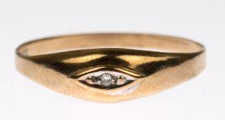 Ring, 333er GG, sich verbreiternde Ringschiene besetzt mit 1 kl. Diamant, ges. 0,76 g, RG56