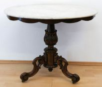 Louis-Philippe-Tisch, Mahagoni, gedrechselte, beschnitzte Mittelsäule auf 3 geschwungenen,