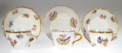 3 Mokkatassen mit UT, Fraureuth, polychrome Blumenmalerei und Goldstaffage, H. 5,5 cm