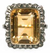 Ring, 750 er Gold, mit großem Citrin von 17,1 ct., Entourage und Unterkaderung mit Brillantbesatz