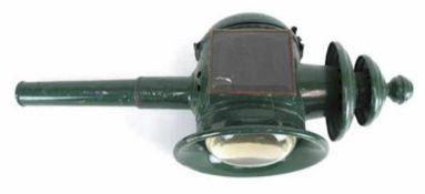 Petroleum-Kutscherlampe, Metall mit zwei Glaseinsätze, grün gefasst, 1 Glas gerissen, L. 47 cm