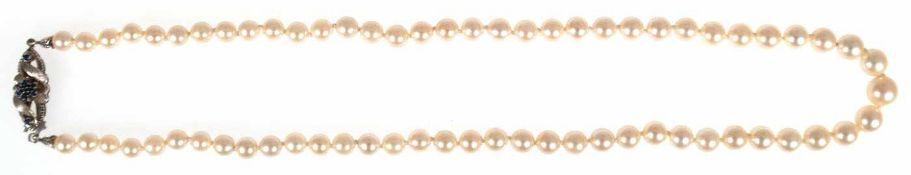 Perlenkette, Perlen im Verlauf, Dm. 8,5 mm-5,5 mm, Schließe 750er WG, besetzt mit Saphiren, L. 49