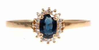 Brillant-Saphir-Ring, 585er GG, besetzt mit ovalem, facettiertem Saphir in Krabbenfassung mit einer