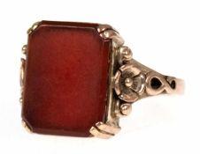 Art-Deco-Siegelring, 333er GG, reliefiert verzierte Schiene, besetzt mit rotem Karneol, Ringkopf 1,